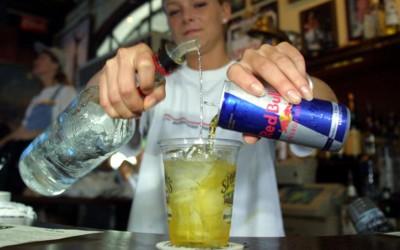 НИКОГАШ не пијте алкохол во комбинација со енергетски пијалак!