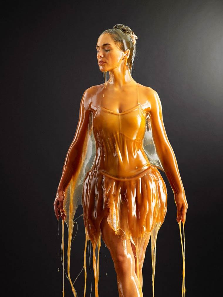 Модели прекриени со мед изгледаат како карамелизирани статуи