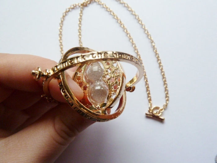 Накит за сите љубители на познатите приказни, инспириран од книгите