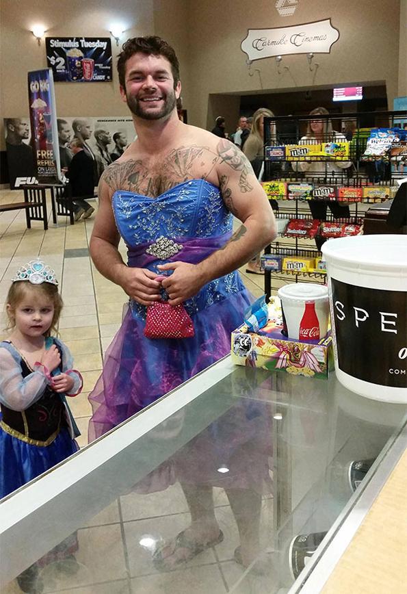 (1) Погледнете што направил овој човек за својата внука која се плашела да носи фустан во кино на новиот филм за Пепелашка
