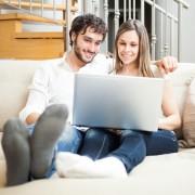 10. И двајцата седите пред компјутер и гледате колку внимание привлекле вашите фотографии од веридбата.
