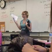 Професоркава наишла на напуштено маче близу училиштето, па решила вака да ја одржи наставата