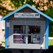 Професорка на деца од претшколска возраст основала мала библиотека бидејќи во градот немало друга