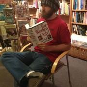 Љубопитен маж чита книга која е само за жени