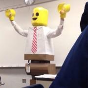 Професор во фантастичен Лего костум