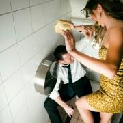 """2. Тоалетот во барот каде што прв пат сте кажале """"Те сакам"""". Барем мислите дека беше таму."""