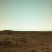 Марс во своите вистински бои на фотографија од роверот Кјуриосити