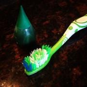 Сипете неколку капки боја за храна на нивната четка за заби