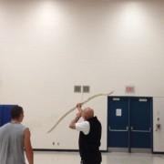 Професор по физичко на мисија да го симне баскетот заглавен на таванот