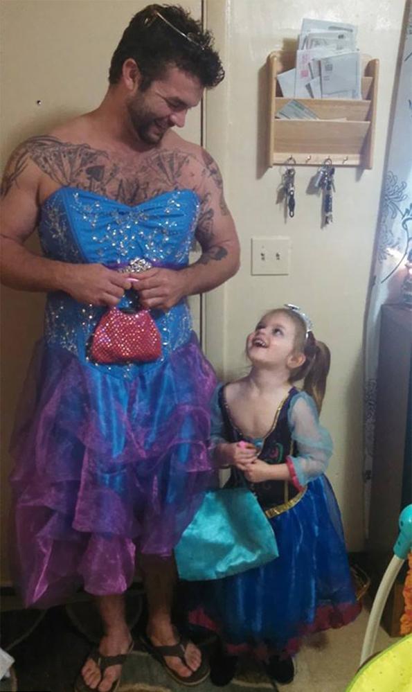 (3) Погледнете што направил овој човек за својата внука која се плашела да носи фустан во кино на новиот филм за Пепелашка
