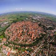 Баварското гратче Нордлинген кое е изградено во кратер стар 14 милиони години