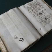 Страници уништени од мачка од 15-от век.