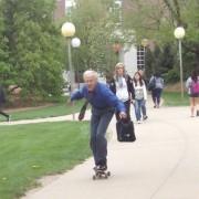 Професор кој секој ден скејта до училиштето