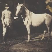 Фотографија на Жан Баптист Френет, Коњ и младоженец - солен принт на хартија добиен од стаклен негатив (1855 година)