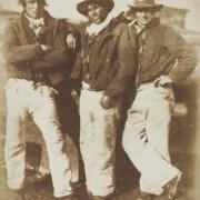 Фотографија на Дејвид Хил и Роберт Адамсон, Риболовците на Њухејвен - солен принт на хартија добиен од хартиен негатив (1845 година)