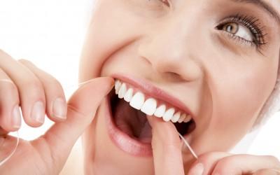 Како да ги исчистете забите со забен конец на правилен начин за само една минута?