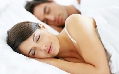 Позицијата во која спиете зборува за вашите љубовни навики
