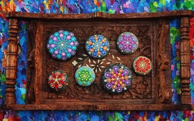 Шарена хипнотизирачка уметност создадена врз мали камчиња од плажа