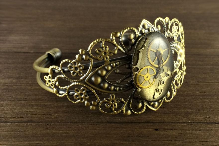 (2) Креативен артист создава прекрасен накит од стари делови на часовници