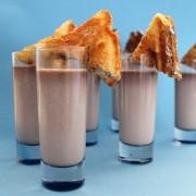 Чоколадно млеко со сендвичи со Нутела и маршмелоу
