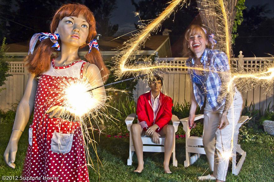 (3) Сингл жена со години прави фамилијарни фотографии од себеси и кукли од излог. Причината ќе ве изненади!