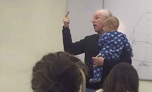 3-bravo-profesore-bebe-pochnuva-da-plache-za-vreme-na-predavanje-profesorot-reagira-na-najdobriot-mozhen-nachin-kafepauza.mk