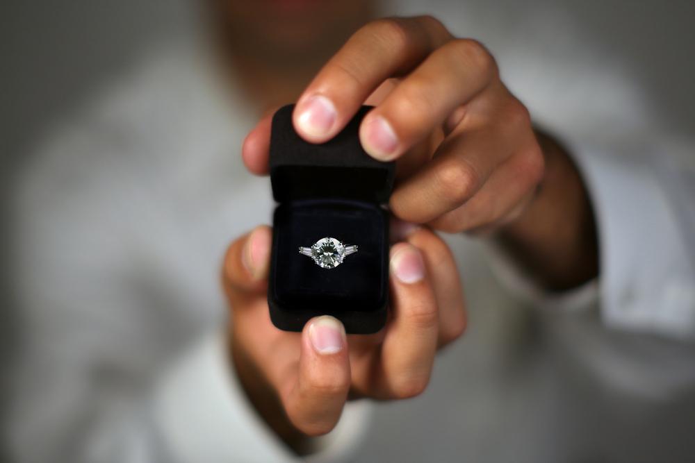 (0) Како изгледа срцебиењето на маж додека ја запросува својата девојка?