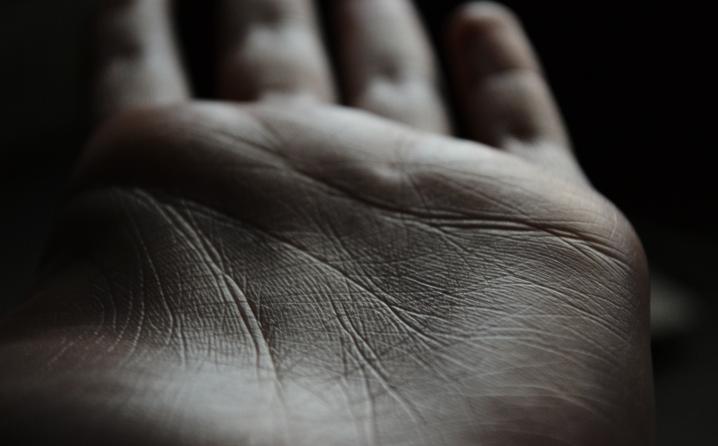 (1) Погледнете во вашата дланка: Што ви вели оваа линија за среќата во љубовта?