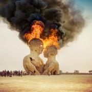 """Горење на статуата Прегратка на фестивалот """"Запалениот човек"""", Црната пустина, Невада"""