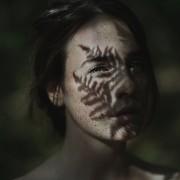 15.dramatichni-portreti-na-modeli-zarobeni-so-prirodni-elementi-i-svetlina-kafepauza.mk