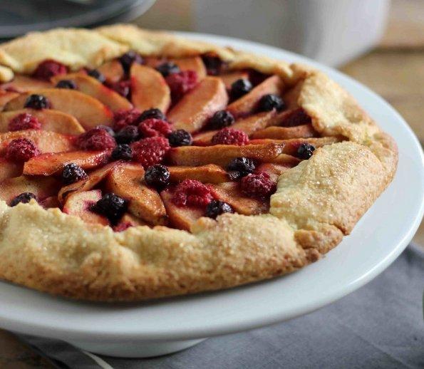 (2) Неверојатно вкусна пита со јаболко и шумско овошје