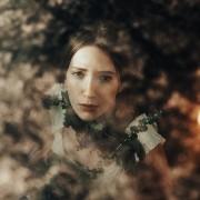 6.dramatichni-portreti-na-modeli-zarobeni-so-prirodni-elementi-i-svetlina-kafepauza.mk