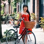 Црвено фустанче за на велосипед е супер идеја