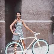 Фустан во А-линија, рамни обувки и ранец - одлични за топлите летни денови
