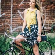 Кошула врзана на половината и глог сукња - совршени за на велосипед