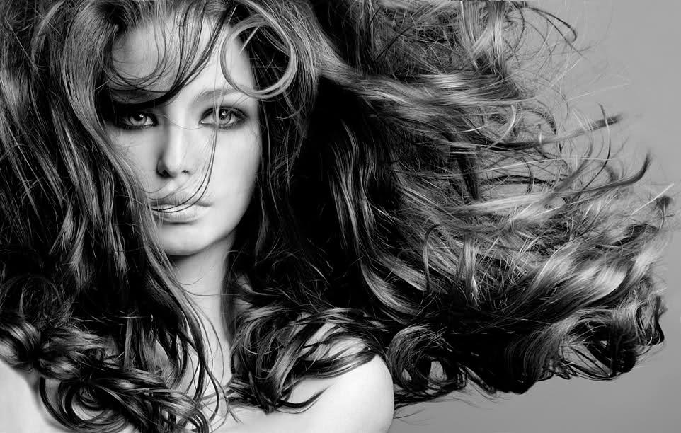 Неколку корисни трикови кои ќе ви помогнат лесно да се справите со мрсната коса
