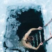 Нурнете во страшната i ладна финска дупка во мраз, при што вашето тело привремено ќе биде доведено во шок и хипотермија, со чувство на врвна релаксација