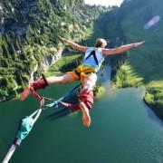Скокајте банџи од 83-метарска височина над морето, во малото село Мохан Чат
