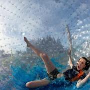 Во Нов Зеланд тркалајте се низ брдо во огромна топка