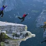 Скокајте од една од многубројните карпи во норвешките фјордови и летајте со падобран или летачко одело