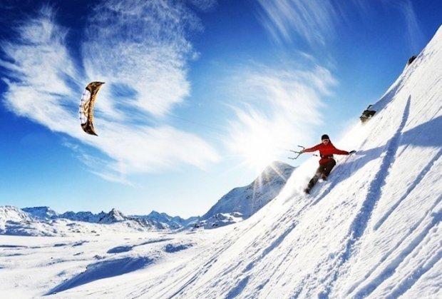 Пробајте кајт бординг (скијање или сноубординг со змеј закачен на вашиот грб) по снежните пространства на Исланд