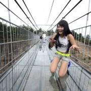 Прошетајте по најдолгиот стаклен светски мост, помеѓу двата врва на планината Камениот Буда