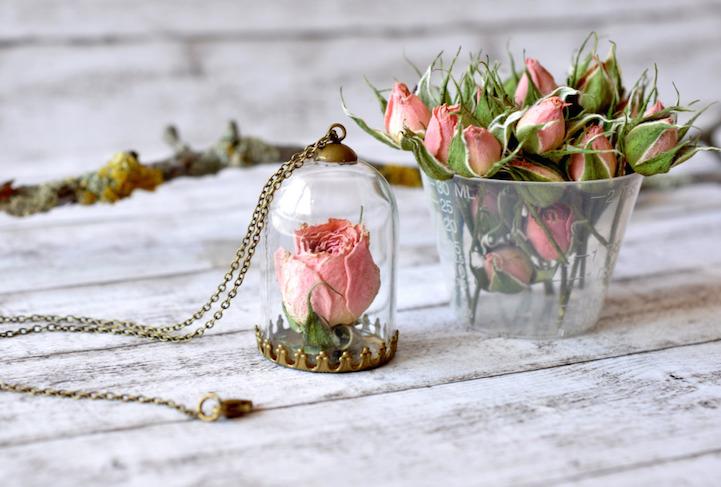 Рачно изработен накит со цвеќиња кои никогаш нема да овенат
