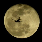 Авион пред полната месечина - вселената е поблиску отколку што изгледа