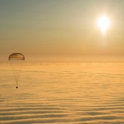 Астронаути се враќаат од орбитата на Земјата во капсула од Сојуз ТМА-14М