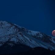 """""""Крвава"""" месечина над планините во Колорадо, Америка"""