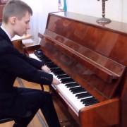 Момче родено без прсти професионално свири на клавир и докажува дека ништо не е невозможно