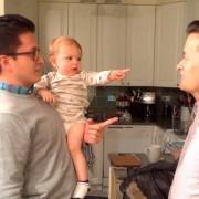 Слатко бебе е збунето од близнакот на неговиот татко