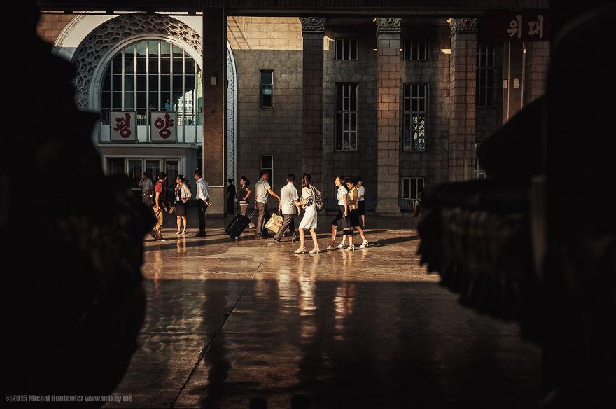 Пристигнување во Пјонгјанг. Микал смета дека ова било режирано бидејќи немало други возови тој ден, а елегантните патници немале никаква причина да бидат таму