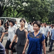 Оние луѓе на кои им е дозволено да живеат во Пјонгјанг се привилегирани и носат значка која не може да ја купите (можете да најдете лажна во Кина)